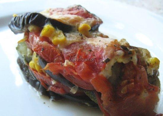 Kolorowe warstwy zapiekanki pomidorowej