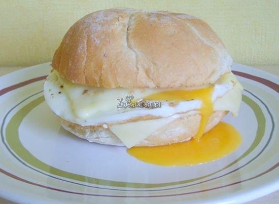 Bułka śniadaniowa z jajkiem
