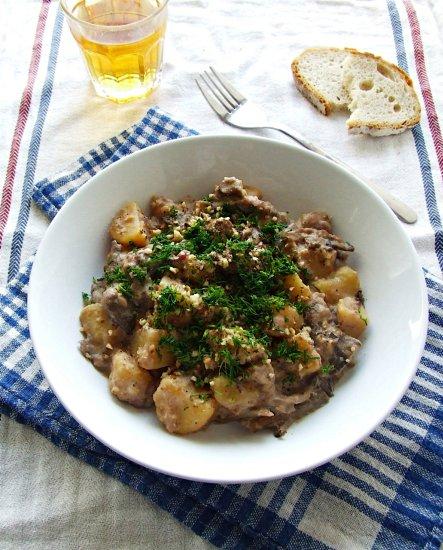 Chrzanowo-orzechowy gulasz ziemniaczany z boczniakami
