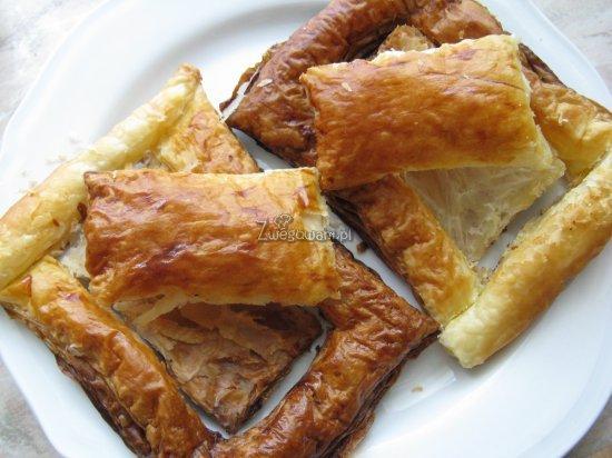 Upieczone ciastka francuskie, bez nadzienia warzywnego