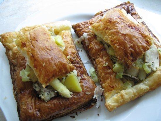 Gotowe ciastka francuskie - podane z warzywnym farszem