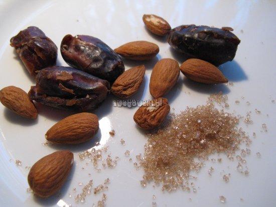 Ciasto daktylowe z polewą toffi i migdałami - składniki
