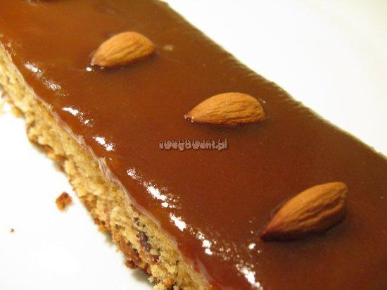Ciasto daktylowe z polewą toffi w przekroju