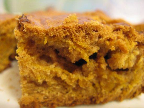 Gotowe ciasto cynamonowe z orzechami i dynią