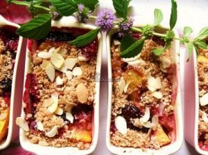 Crumble owocowe z brzoskwiniami i śliwką