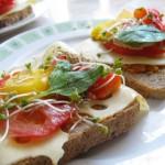 Kanapka z paprykarzem warzywnym, serem, pomidorem, papryką, kiełkami i szpinakiem