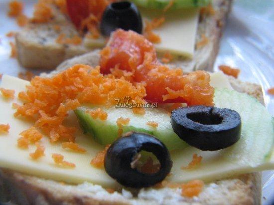 Kanapka z serem, marchewką, ogórkiem, papryką i oliwkami