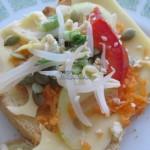 Kanapka z masłem czosnkowym, serem, marchewką, kiełkami soi, papryką, pestkami dyni i sezamem