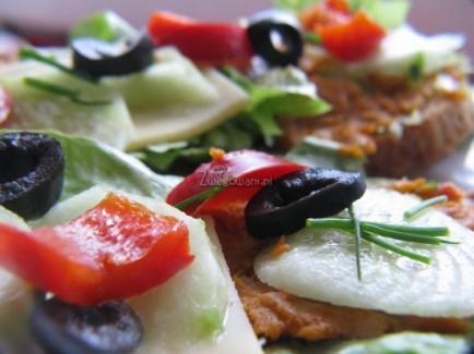 Kanapka z chleba cebulowego z masłem czosnkowym, serem lub paprykarzem warzywnym, sałatą, ogórkami, papryką, czarnymi oliwkami i szczypiorkiem
