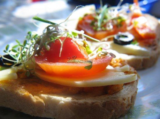 Kanapka z paprykarzem warzywnym, serem, pomidorem, papryką, czarnymi oliwkami, kiełkami rzodkiewki i rzeżuchą