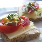 Kanapka z serem lub tofu, pomidorem, papryką, kukurydzą, rzeżuchą i szczypiorkiem