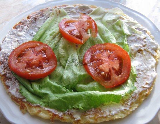 Naleśnik z pomidorami i sałatą, posmarowany sosem czosnkowym