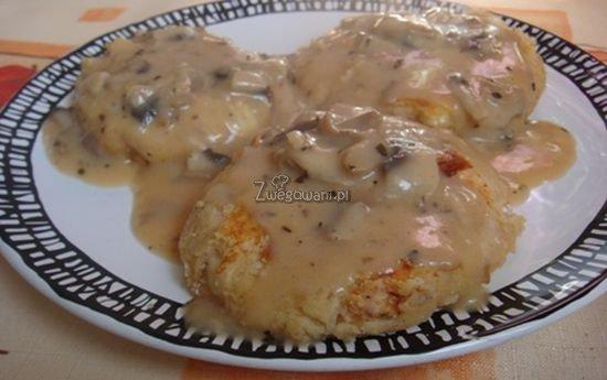 Kotlety ziemniaczane z sosem pieczarkowym