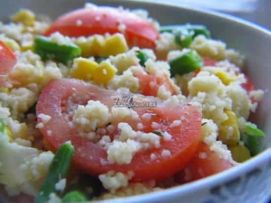 Kuskus z fasolą szparagową i pomidorami