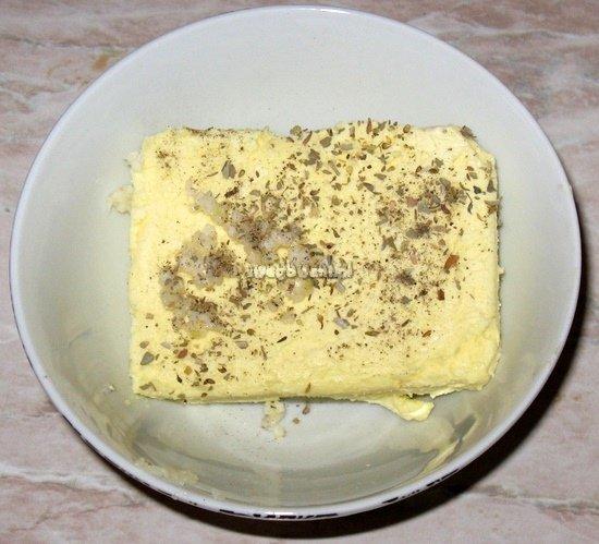 Masło czosnkowe przed zmieszaniem składników