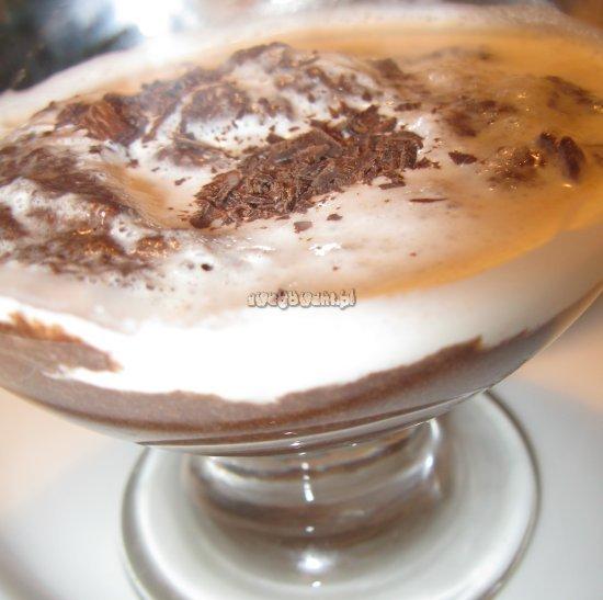 Mus czekoladowy z bitą śmietaną