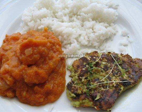 Wegetariański obiad (propozycja) - ryż z plackami z awokado (guacamole) i purée z marchwi i rzodkiewki