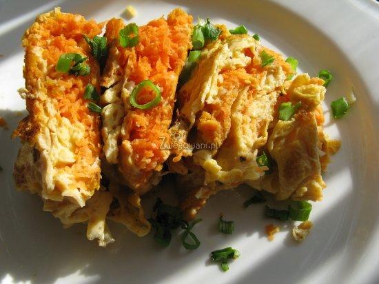 Omlet z marchewką przed podaniem