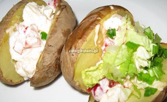Pieczone ziemniaki z serem feta i sałatą