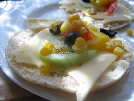 Chlebek pita z serem, ogórkiem, kukurydzą, papryką i oliwkami
