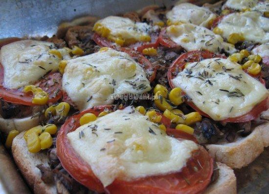 Gotowa pizza z pieczarkami, pomidorem i kukurydzą