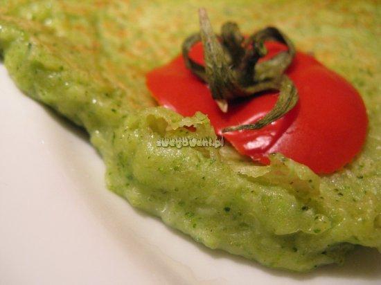 Gotowe placki z brokułami serwowane z pomidorem
