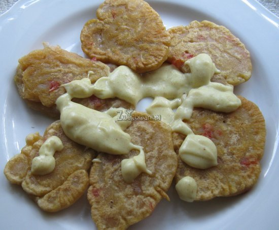 Pyzy (w formie placków) polane gęstym sosem jogurtowym