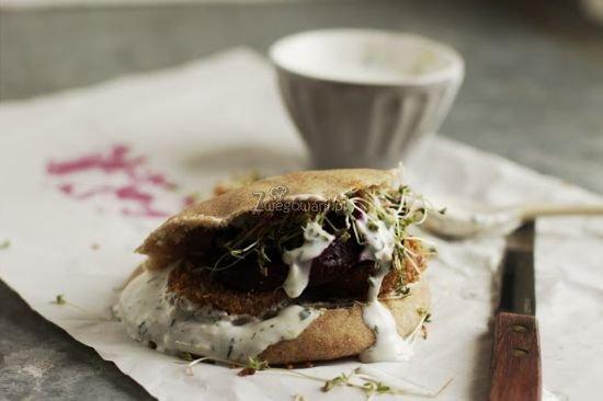 Razowa pita z falafelami, pieczonym burakiem i sosem jogurtowym