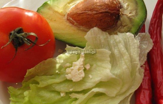 Sałatka grecka z pomidorem i awokado - składniki