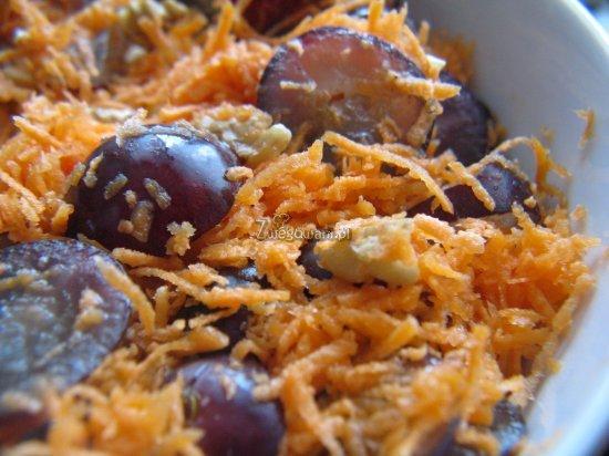 Sałatka orzechowa z marchewką i winogronami