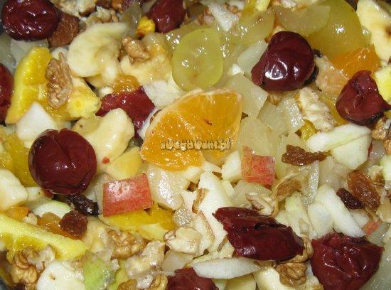 Sałatka owocowa z banana, winogron i wiśni