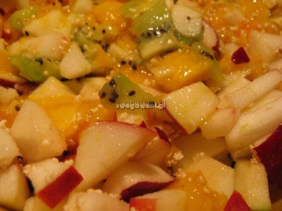 Sałatka owocowa z kiwi, jabłka i brzoskwini