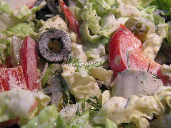 Sałatka warzywna z ogórkiem, papryką i oliwkami