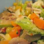 Sałatka z brokułami, cukinią i czarnymi oliwkami