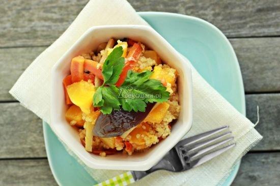Sałatka z kaszy jaglanej z pieczonymi warzywami
