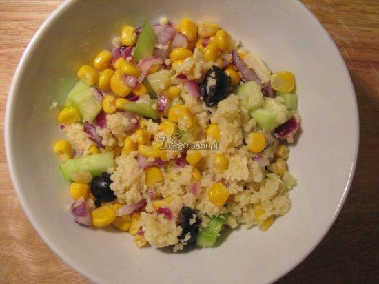 Sałatka z kuskusem, ogórkiem i kukurydzą