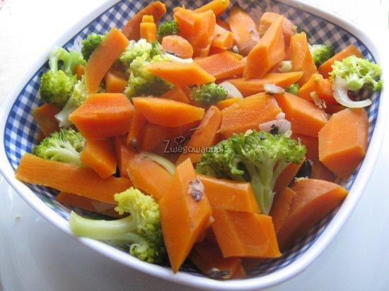 Sałatka z marchewką, kukurydzą i pieczarkami