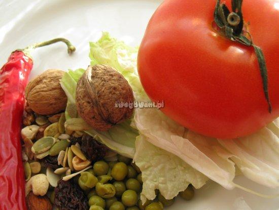 Sałatka z pomidorem, serem i bakaliami - składniki