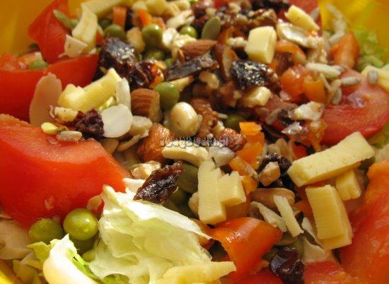 Sałatka z pomidorem, serem i bakaliami