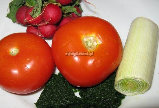 Sałatka z pora, pomidorów i szpinaku - składniki