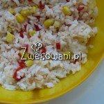 Sałatka z ryżem, kukurydzą i papryką chili