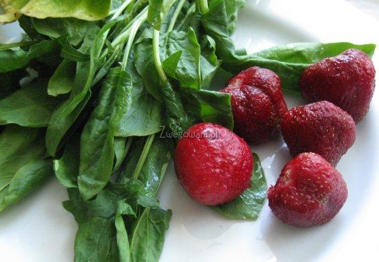 Sałatka ze szpinakiem i truskawkami - składniki