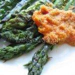 Szparagi z grilla z dipem paprykowym