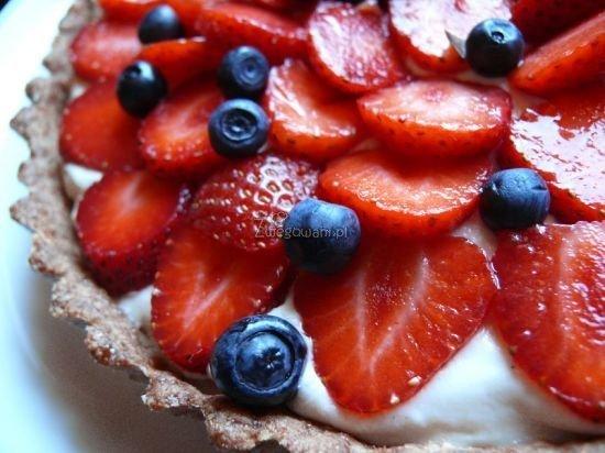 Tarta razowa z owocami i kremem z nerkowców
