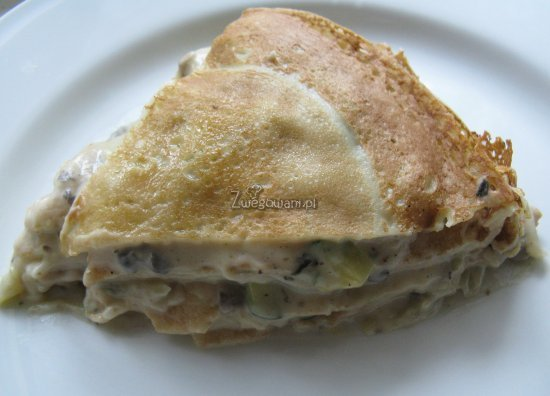 Tort naleśnikowy z sosem beszamelowym