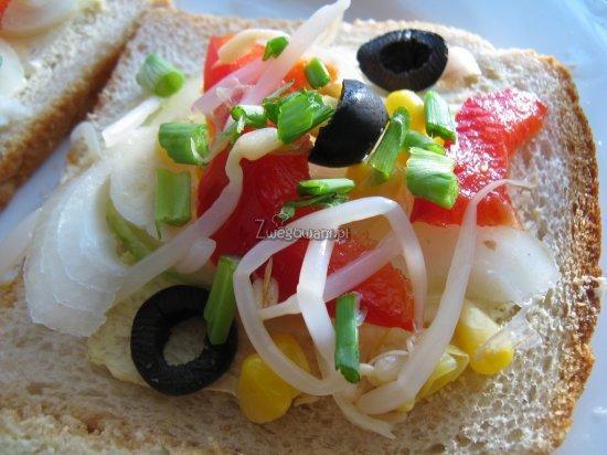 Tost z kukurydzą, cebulą, papryką, oliwkami, szczypiorkiem i kiełkami soi