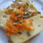 Tost z masłem czosnkowym, serem, marchewką i pestkami soi