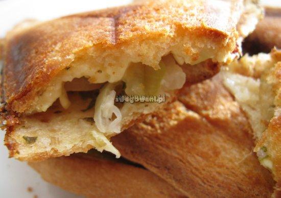 Gotowe tosty z cukinią i serem