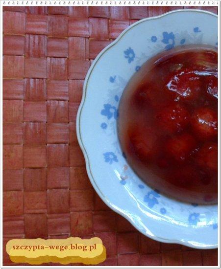 Wegańska galaretka truskawkowa na bazie soku jabłkowo-rabarbarowego