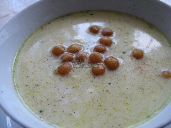 Zupa serowa z groszkiem ptysiowym